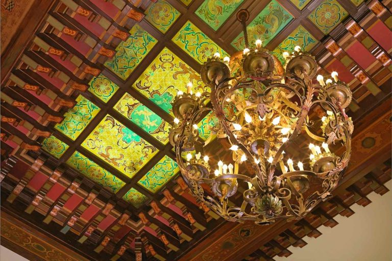 Chandelier and paneled ceiling of Peabody lobby