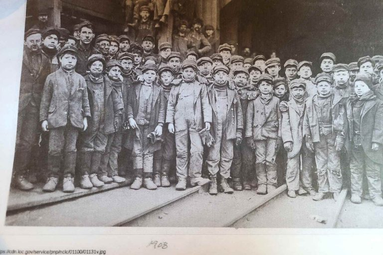 Photo from 1908 of child gold miners